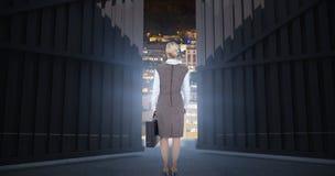 Sammansatt bild av den tillbaka vända affärskvinnan som rymmer en portfölj 3d Royaltyfri Bild