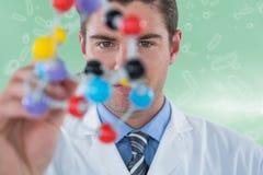Sammansatt bild av den unga forskaren som experimenterar molekylstrukturen 3d Arkivfoton