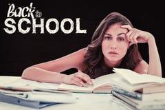 Sammansatt bild av den uttråkade studenten som gör hennes läxa Fotografering för Bildbyråer