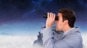 Sammansatt bild av den visionära affärsmannen som ser till framtiden Arkivbild
