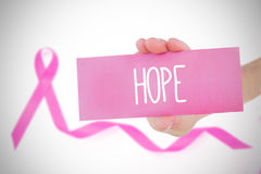 Sammansatt bild av det hållande rosa kortet för ung kvinna Royaltyfri Fotografi