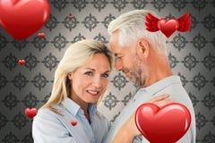 Sammansatt bild av det lyckliga anseendet och att le för par på kameran Royaltyfri Foto