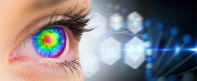 Sammansatt bild av det psykedeliska ögat som ser framåt på kvinnlig framsida Arkivfoto