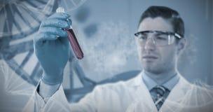 Sammansatt bild av doktorn i skyddande exponeringsglas och hållande provrör för kirurgisk maskering Royaltyfri Foto