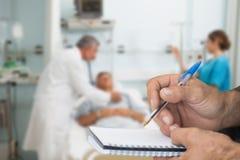 Sammansatt bild av doktorn som kontrollerar patienten med stetoskopet royaltyfria foton