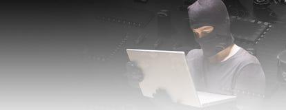 Sammansatt bild av en hacker som använder bärbara datorn för att stjäla identitet arkivfoton