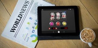 Sammansatt bild av enarmad banditjackpottet på den mobila skärmen Arkivfoton