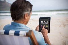 Sammansatt bild av enarmade banditen app med text på den mobila skärmen Fotografering för Bildbyråer