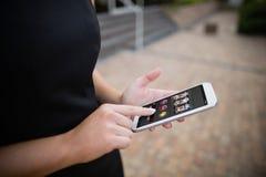 Sammansatt bild av enarmade banditen app med yentecknet på den mobila skärmen Royaltyfri Foto