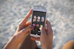 Sammansatt bild av enarmade banditen med text och nummer på den mobila skärmen Arkivbilder