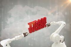 Sammansatt bild av för lagarbete för robotic hand det hållande meddelandet mot vit bakgrund Royaltyfria Bilder