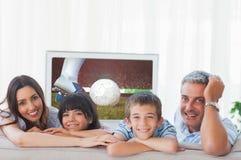 Sammansatt bild av familjen i vardagsrum som ler på kameran royaltyfri illustrationer