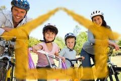 Sammansatt bild av familjen med deras cyklar Arkivfoto