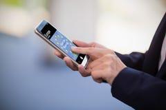 Sammansatt bild av farvälet som strövar omkring text och den europeiska fackliga flaggan på den mobila skärmen Royaltyfri Fotografi