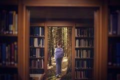 Sammansatt bild av flickan som går i skolakorridoren 3d Arkivbild