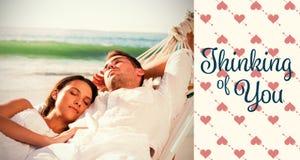 Sammansatt bild av fridsamma par som ta sig en tupplur i en hängmatta Royaltyfri Foto