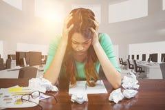 Sammansatt bild av frustrerat affärskvinnasammanträde mot vit bakgrund arkivbilder