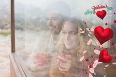 Sammansatt bild av fundersamma nöjda par med koppar som ser till och med fönster Royaltyfri Fotografi