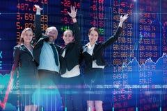 Sammansatt bild av gladlynt affärsfolk som står mot vit bakgrund arkivfoto