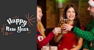 Sammansatt bild av gladlynta vänner som har drinkar under jul vektor illustrationer