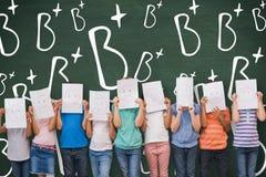 Sammansatt bild av gulliga elever med roliga framsidor i klassrum Royaltyfri Bild