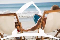 Sammansatt bild av gulliga parinnehavhänder, medan ligga på deras solstolar Fotografering för Bildbyråer