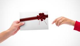 Sammansatt bild av händer som rymmer kortet Royaltyfri Foto