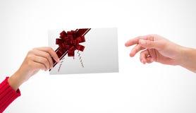 Sammansatt bild av händer som rymmer kortet Arkivfoto