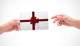 Sammansatt bild av händer som rymmer kortet Royaltyfria Bilder