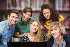 Sammansatt bild av högskolestudenter som använder datoren Arkivbilder