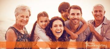 Sammansatt bild av illustrationen av den lyckliga hälsningen för tacksägelsedagtext Arkivfoton
