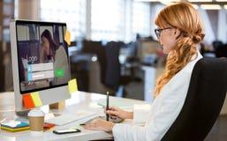 Sammansatt bild av inloggningsskärmen med brunetten och bärbara datorn Arkivfoto