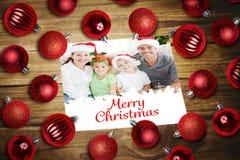 Sammansatt bild av julstruntsaker på tabellen Arkivbild