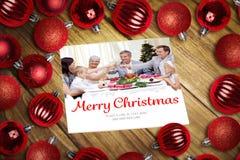 Sammansatt bild av julstruntsaker på tabellen Arkivbilder