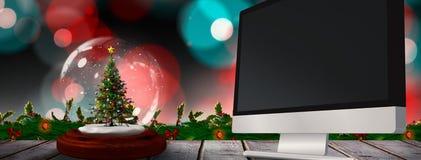 Sammansatt bild av julträdet i snöjordklot Arkivfoto