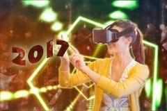 Sammansatt bild av kvinnan som använder en virtuell verklighetapparat Royaltyfri Fotografi