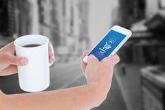 Sammansatt bild av kvinnan som använder smartphonen, medan rymma kaffe Arkivfoton
