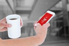 Sammansatt bild av kvinnan som använder smartphonen, medan rymma kaffe Arkivbild