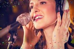 Sammansatt bild av kvinnan som sjunger i stång arkivfoton