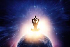 Sammansatt bild av kvinnlig praktiserande yoga för kontur, medan sitta royaltyfria foton
