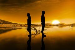 Sammansatt bild av ledsna par tillbaka som drar tillbaka samtal inte efter argument Royaltyfri Foto
