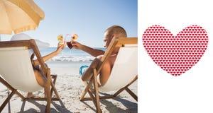 Sammansatt bild av lyckliga par som klirrar deras exponeringsglas, medan koppla av på deras solstolar Arkivfoton