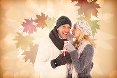 Sammansatt bild av lyckliga par som skvallrar, medan dricka varmt te Royaltyfri Fotografi