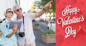 Sammansatt bild av lyckliga turist- par genom att använda minnestavlan i staden Royaltyfri Bild