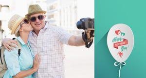 Sammansatt bild av lyckliga turist- par som tar en selfie i staden Fotografering för Bildbyråer