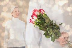 Sammansatt bild av mannederlagbuketten av rosor från äldre kvinna Arkivbild