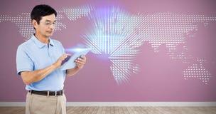Sammansatt bild av mannen som använder den digitala minnestavlan, medan stå Arkivfoton