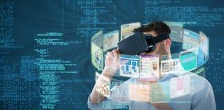 Sammansatt bild av mannen som använder den svarta virtuell verklighethörlurar med mikrofon 3d Arkivbilder