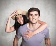 Sammansatt bild av mannen som ger hans nätta flickvän en ridtur på axlarna Arkivbilder