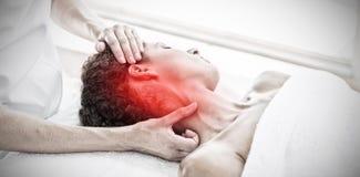 Sammansatt bild av massagen för kvinnahälerihals i brunnsort arkivfoto